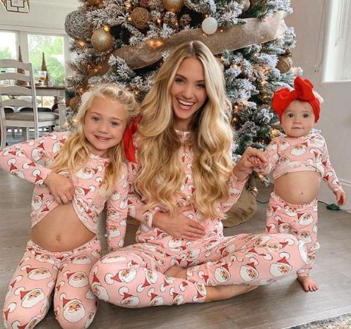 Savannah showing her baby bump with her two children